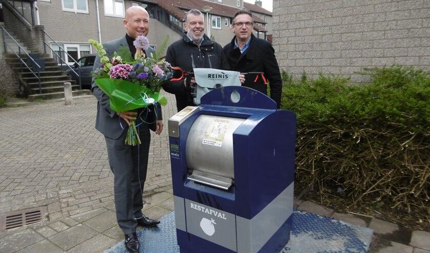 Bertus Kranenburg (midden) adopteerde een container in zijn buurt.