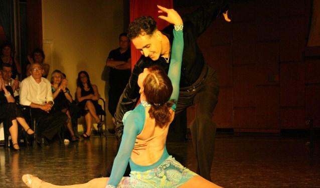 Salsa dansen is niet alleen bewegen op muziek , maar geeft ook ontspanning en veel plezier. Het is iets wat mensen met elkaar verbindt.