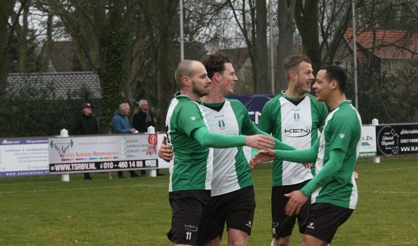 Jules Kroef, Pascal van Hulst en André Breinburg (vlnr) feliciteren Stony van den Berg (uiterst links) met de 1-0. (Foto: Wil van Balen).