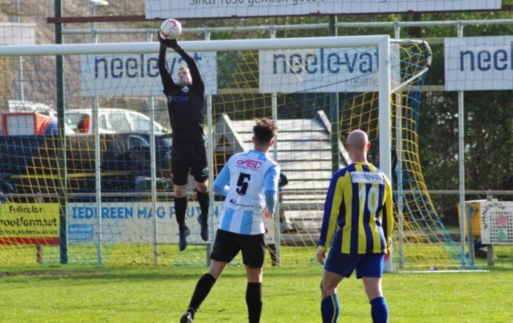 Jordy Hanenberg pakt de bal klemvast. Frank den Hengst en Joeri Boshoven kijken toe.  © GGOF.nl