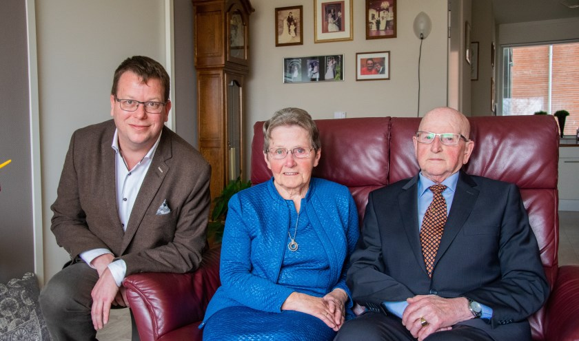 Wethouder Bruggeman mocht namens de gemeente Goeree-Overflakkee een bezoekje brengen aan het diamanten echtpaar in Sommelsdijk.  Foto: Sam Fish