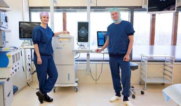 Operatie assistent Deborah Kamphues en chirurg Taco Klem op de OK in Franciscus Vlietland met in het midden de KubTec,
