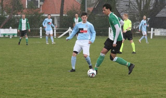 Douwe Zijlstra hier in duel met OVV-spelverdeler Timo Lemmens, scoorde voor Vierpolders. (Foto: Wil van Balen).