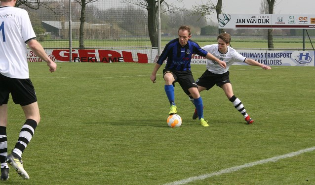 Glenn Stoffers tekende met een 'precisie vrije schop' voor de goal van Vierpolders. (Foto: Wil van Balen).