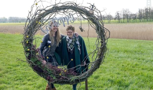 Fiona (l) en Annelies maakten kunstobjecten van natuurlijke materialen.