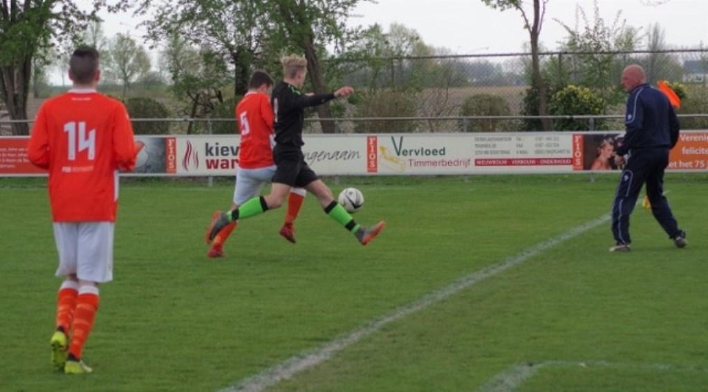 Duel tussen Yoran van Bezooijen (5) en Joeri Gebuis (9). Sander van Poppelen (l)  kijkt toe.  © GGOF.nl