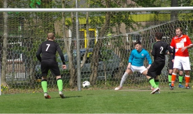 De bal gaat voorlangs het doel van keeper Matthijs Verstrate.