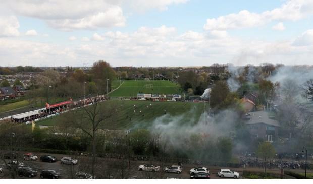 Vuurwerk bij de derby tussen Hellevoetsluis en Nieuwenhoorn