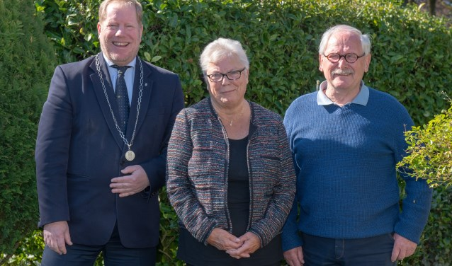 Het echtpaar Van den Engel-De Bruin kreeg bezoek van burgemeester De Jong vanwege de 55ste huwelijksdag. (Foto: Jos Uijtdehaage).