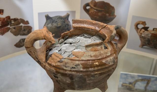 Rias Olivier zal vertellen over de onlangs in Dirksland gevonden grootste middeleeuwse muntenschat van Nederland. (Foto: Hans Villerius)
