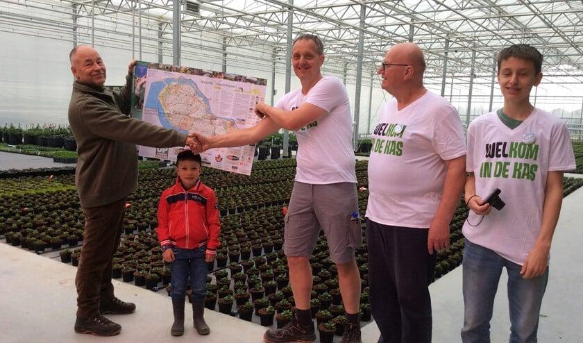 Ies klok reikte zaterdag de 1e eilandkaart uit aan Jan Varekamp van Vers van Voorne (Foto: Jacqueline van Hoey Smith)