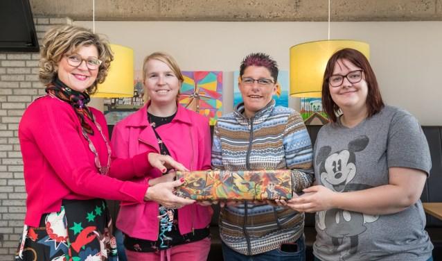 De drie ontwerpers Joyce Becker, Roxanne Scheffer en Felicia Buitendijk waren bij de overhandiging aanwezig. (Foto: Wim van Vossen)