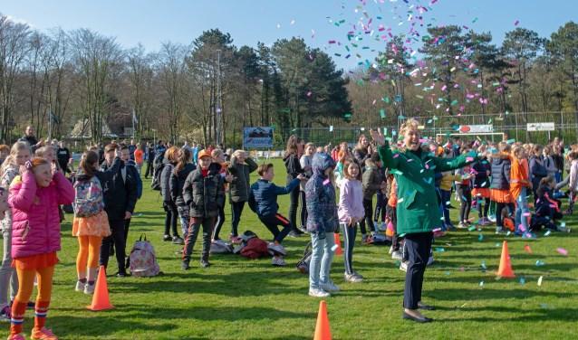 Wethouder Joriena de Jongh opende in Oostvoorne de Koningsspelen. (Foto: Jos Uijtdehaage).