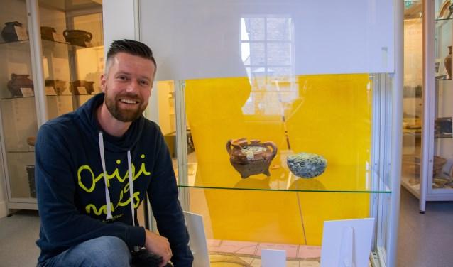 Arco Hoekman is trots op de schat die hij heeft gevonden en de plek die het heeft gekregen in het Streekmuseum.  Foto: Sam Fish