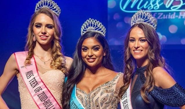 Drie winnaressen met rechts Laura van Berkel
