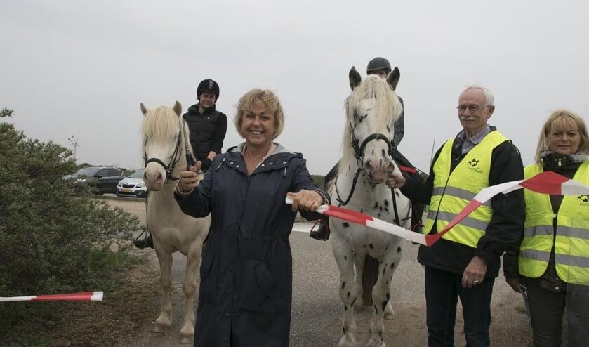 Wethouder Jorriena de Jongh-De Champs opende officieel het nieuwe ruiterpad rond het Oostvoornse Meer. (Foto: Wil van Balen).