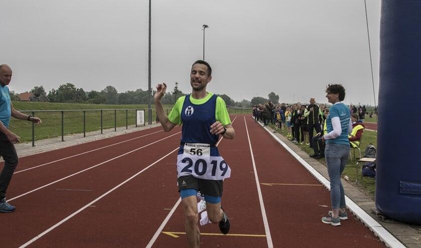 Emiel Dercksen uit Harderwijk was zondag de snelste sololoper in het 50 kilometer lange Rondje Voorne. (Foto: Wil van Balen)