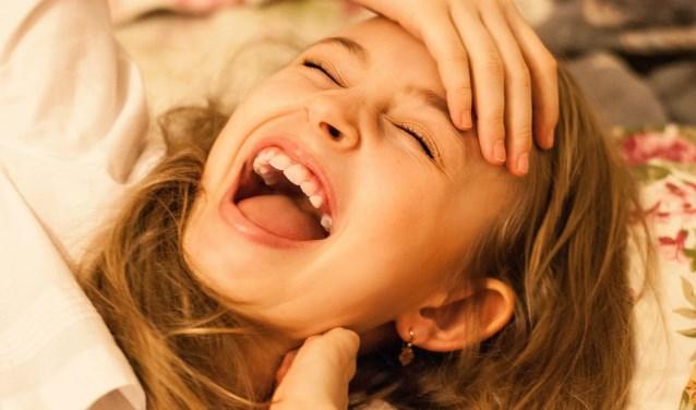 Jankende gitaren, beukende mensen en een donker hol maken plaats voor bulderende lachsalvo's, grappen en tranen van het lachen.