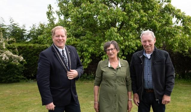 Vorige week vrijdag ging burgemeester De Jong op visite bij het echtpaar Lutterman-Spoormakers, dat op 28 april 55 jaar getrouwd was. (Foto: Jos Uijtdehaage).