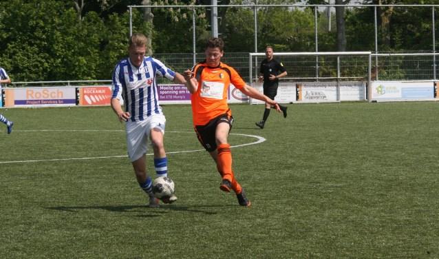 Zwartewaal-verdediger Corné Lemmens (links) in duel met Sander de Ruijter  van Rockanje. (Foto: Wil van Balen).