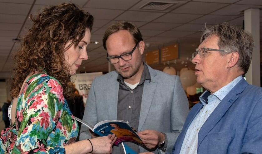Chantal Kradolfer, wethouder Robert van der Kooi en burgemeester Gregor Rensen (Foto: Jos Uijtdehaage)