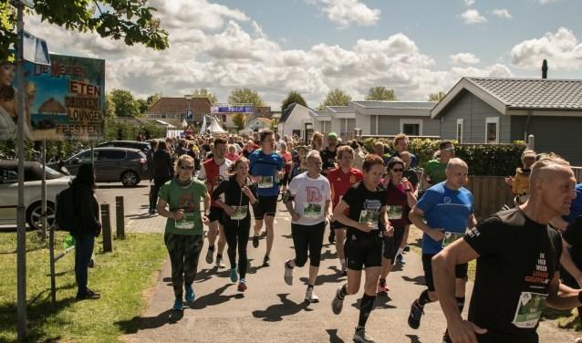 Met meer dan 1200 deelnemers overtrof de belangstelling voor de eerste Vestingloop alle verwachtingen. (Foto: Wil van Balen).