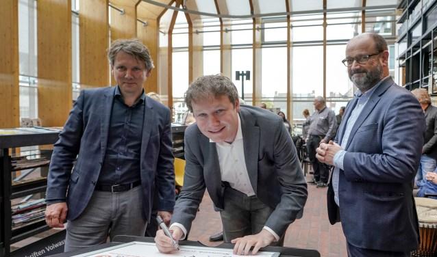 Wethouder Bal ondertekende namens de gemeente de samenwerkingsovereenkomst. Foto: Foto-OK.nl