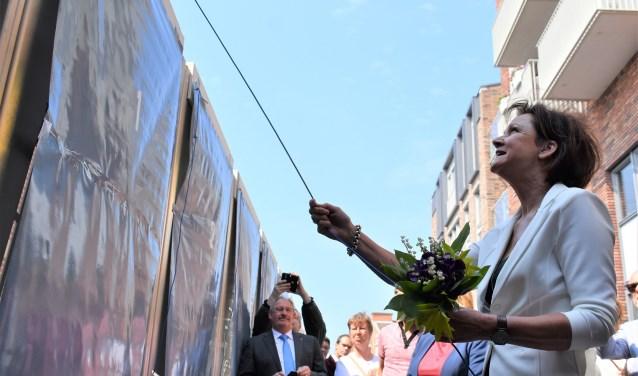 Inwoners en betrokkenen mochten zaterdag de zeventien kunstpanelen onthullen. Kunstenares JoséKnippenberg trapte af.