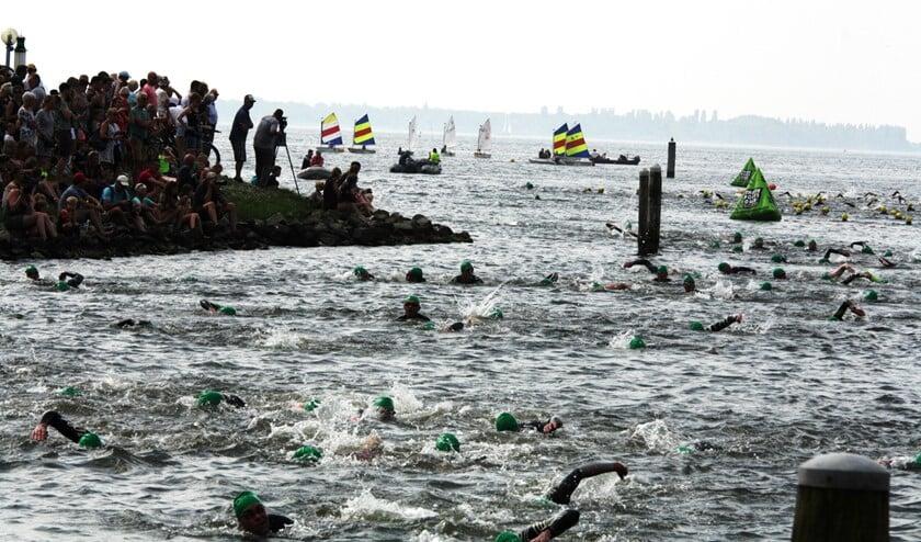Op 25 mei start men aan de Brouwersdam met zwemmen. Het zorgt voor veel beroering in het water zoals hier bij de Triathlon van Herkingen 2018. (Foto Fred Götzenberger).