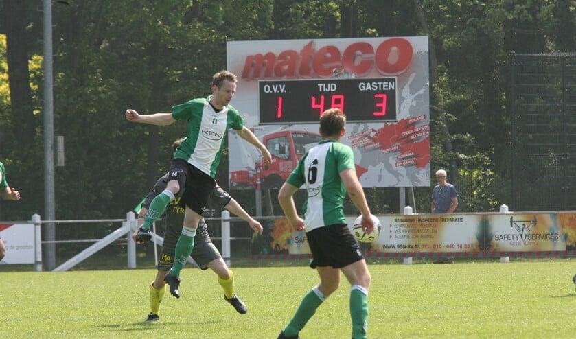 Yoeri Bak doet koppend een poging om te scoren voor OVV. (Foto: Wil van Balen).