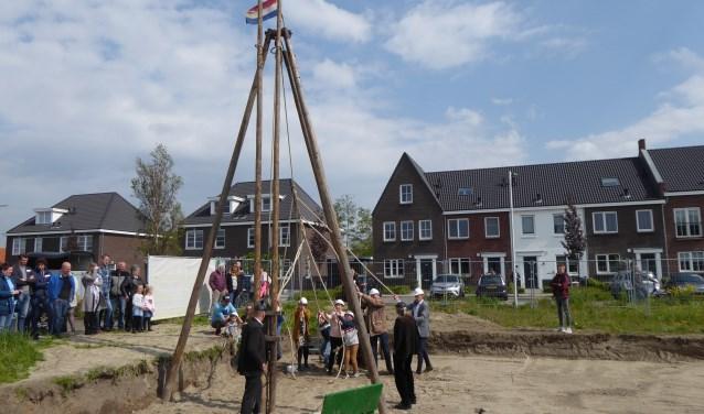 De eerste paal voor uitbreidingswijk 'Thuishaven' in  Stellendam werd onder toeziend oog van de toekomstige bewoners vakkundig de grond in geslagen