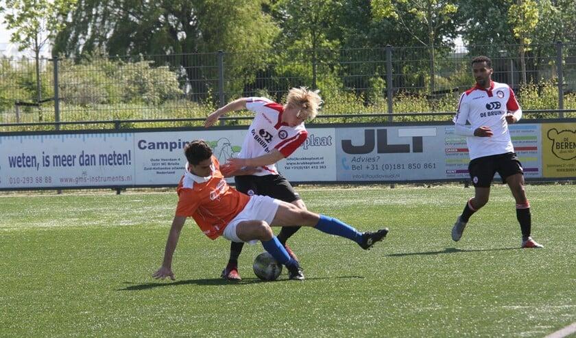 Niels Bekker raakte de paal in de wedstrijd Brielle-Honselersdijk. (Foto: Wil van Balen).