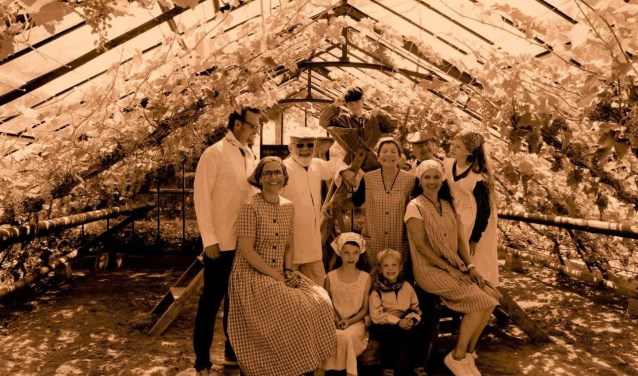 Bezoekers van het Westlands Museum hebben zondag de mogelijkheid om een ouderwetse foto te laten maken in de druivenserre.