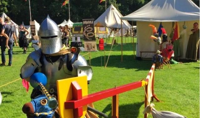 Re-enacters spelen met de kinderen het kastelenspel en het kinder-riddersteekspel. In het kastelen spel worden ook kiddy battles opgenomen.