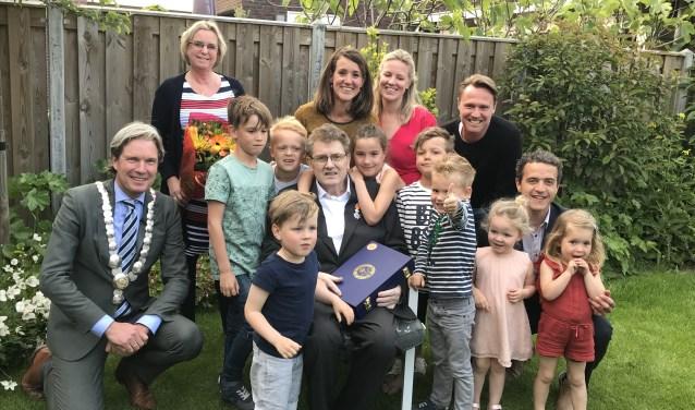 Jan Stam te midden van zijn familie.