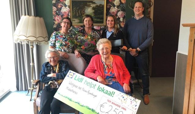 Woongroep 349 van woonzorgcomplex Nieuw Rijsenburgh heeft deze week een cheque van 250 euro in ontvangst genomen.