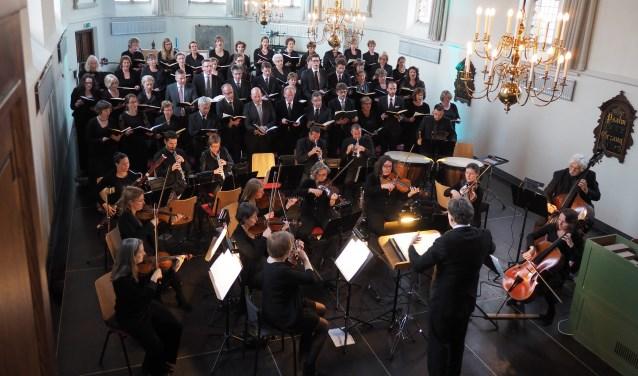 Vaste organist Wim Diepenhorst begeleidt het koor en de verrassing van de middag is de jonge veelbelovende harpiste Joline Sperling. (Foto: Roel den Engelsman)