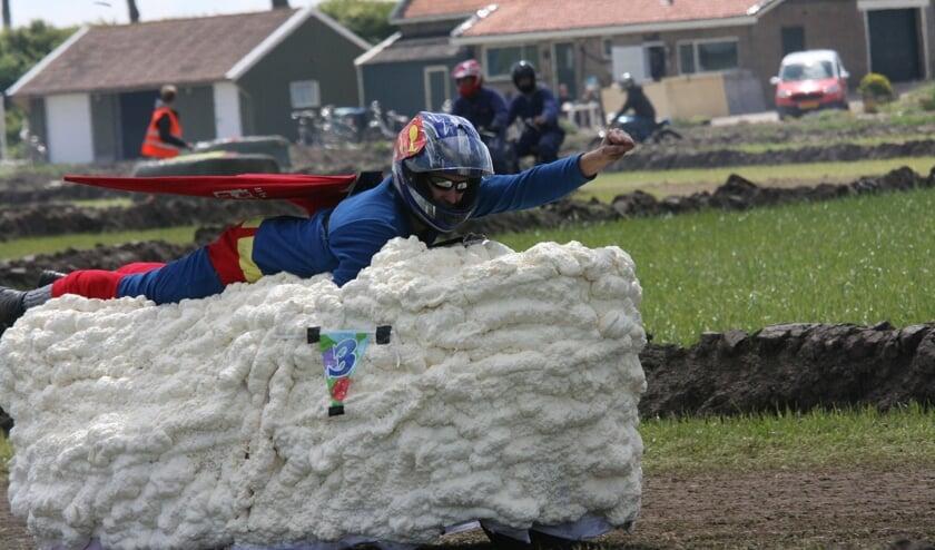 Superman vliegend door de lucht op een wolk van purschuim was een blikvanger in de Boerenbrommercross. (Foto: Wil van Balen).
