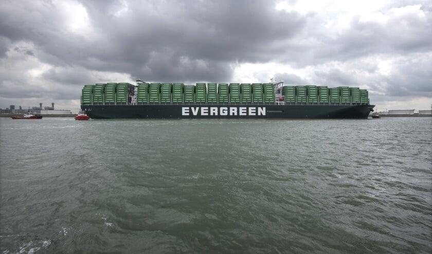Aankomst van  de Ever Glory van Evergreen bij de Delta Zuid terminal aan de Amazonehaven te Rotterdam. Omdat het gaat om een maidentrip en het eerste 20.000 TEU containerschip van de rederij dat bovendien is uitgerust met scrubbers, is het vaartuig helemaal gestuwd met groene Evergreen containers