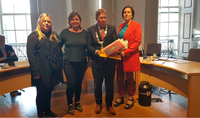 Overhandiging van de petitie met 2355 handtekeningen aan burgemeester Gregor Rensen