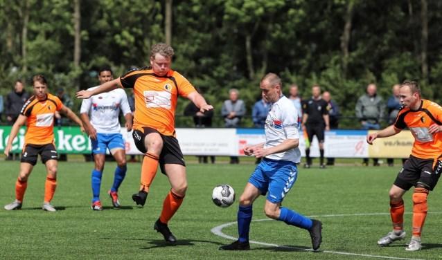 Doelpuntenmaker Mike Kortsmit in gevecht om de bal met oud ploeggenoot Dave Leurs (Rockanje).