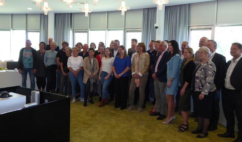 De vertegenwoordigers van de 27 partijen die de zorgcontracten ondertekenden pasten net op de foto.