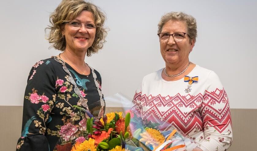 Koninklijke onderscheiding van Mw van Wageningen uitgereikt door Burgemeester Ada Grootenboer (Foto: Wim van Vossen)