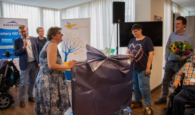 Het was de eer aan bewoners Ineke en Anneke om de belevenistafel uit te pakken.  Foto: Sam Fish