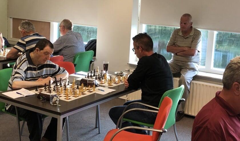 Het blijft spannend tot de laatste zetten tijdens het schaakkampioenschap van Goeree- Overflakkee.