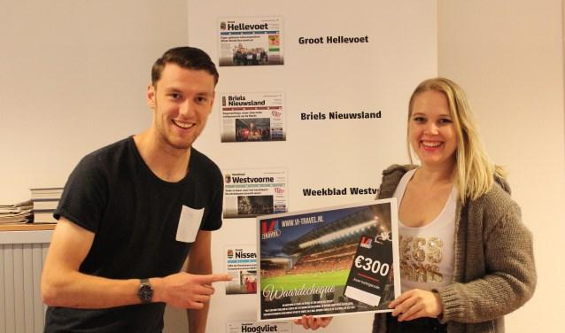 Sven kreeg de cheque overhandigd door Lesley van de Zande - van de Langkruis media adviseur Groot Hellevoet