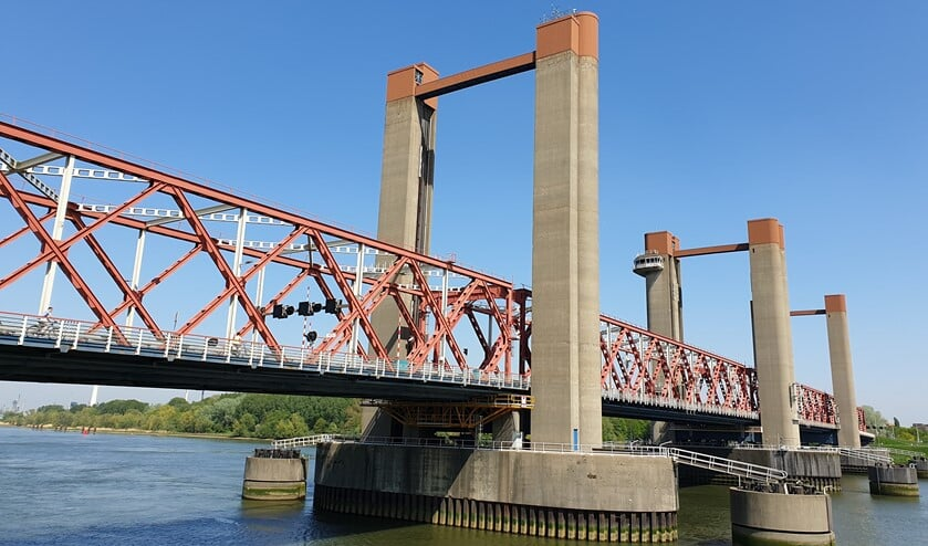 De minister wil niks weten van vaste openingstijden van de brug vanwege de zeescheepvaart.