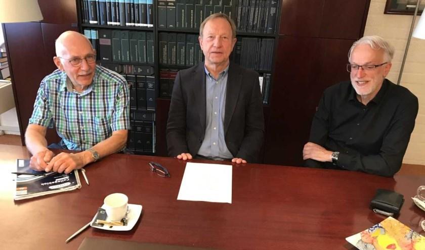De ondertekenaars: Leo van den Ende (voorzitter), Adri van Vliet (secretaris) en Wim Duijvestijn (penningmeester).