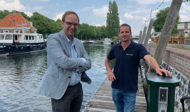 Wethouder Robert van der Kooi en havenmeester Kevin Rouss