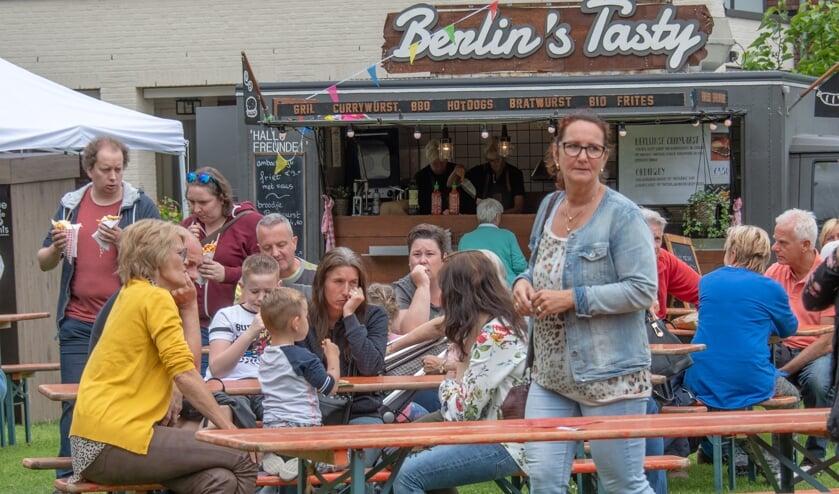 Frites en Duitse bratwurst bleken een geliefde lunchcombinatie tijdens het Buytenlustfestival op de Oostvoornse Hofweide. (Foto: Jos UIjtdehaage).